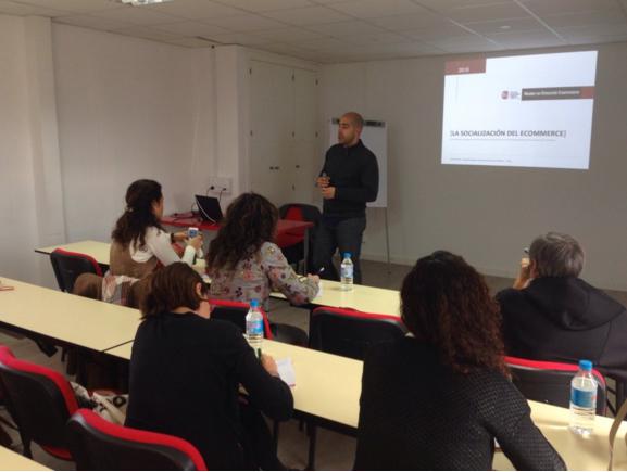 Daniel Zafra impartiendo sesión sobre Social eCommerce